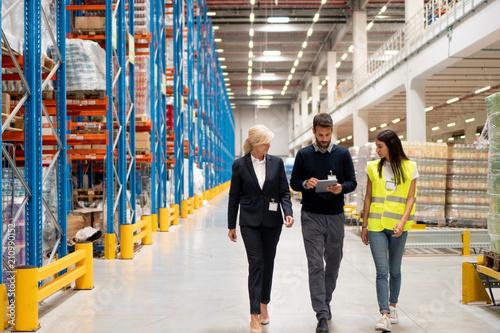 Fotografía Managers visit warehouse