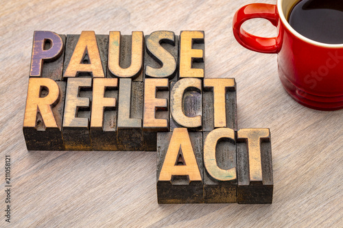 Foto pause, reflect, act concept - word abstract in wood type