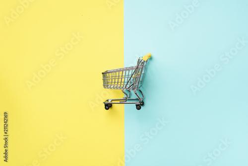 Carta da parati Shopping cart on blue and yellow background