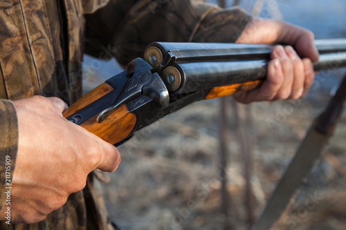 Fotografia Hunter loading a double-barreled gun