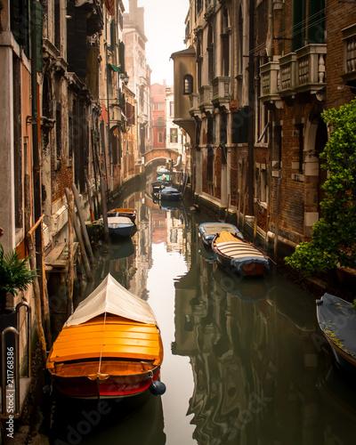 Canal em Veneza com barcos
