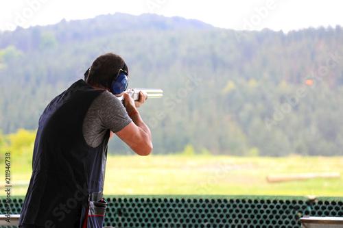 hombre disparando con escopeta tiro al plato país vasco 4M0A3978-f18