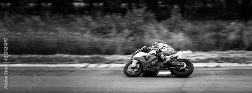 Fotografia motorcycle racer on highway and ring races. black and white