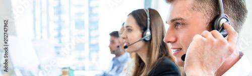 Fotografia Male operator staff with team working call center
