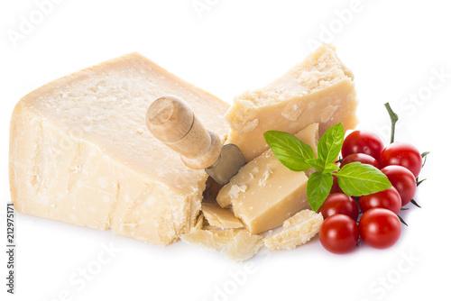 Queso parmesano o parmigiano reggiano con tomates cherry y albahaca para la comida aislados sobre fondo blanco