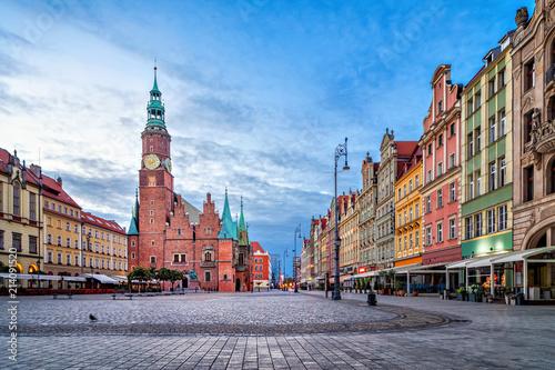 Fototapeta premium Kolorowe domy i zabytkowy budynek ratusza na placu Rynek o zmierzchu we Wrocławiu