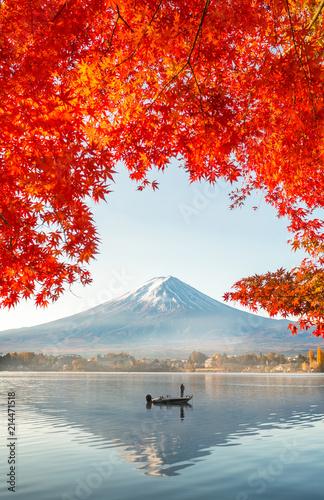 Fototapeta premium Kolorowa jesień i góra Fuji z poranną mgłą i czerwonymi liśćmi nad jeziorem Kawaguchiko to jedno z najlepszych miejsc w Japonii