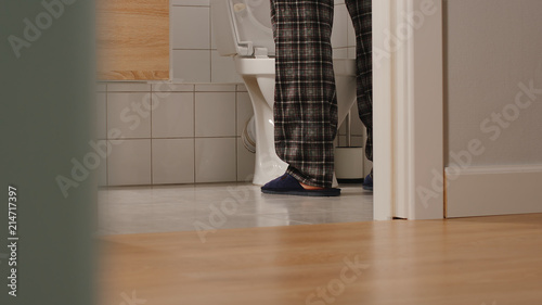 Photo Adult man in a toilet at home