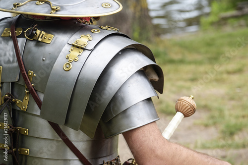 Fotografia detail of an ancient roman soldier, legionnaire or centurion in metal armor at a