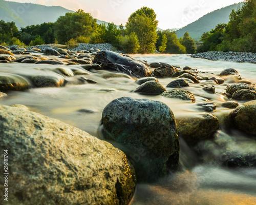 Fotografia L'acqua diventa di seta tra le rocce