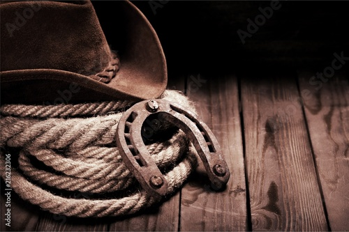 Fotografia Old horseshoe , lariat lasso and cowboy