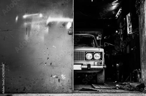 retro car recovery in garage Fototapet