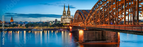 Tableau sur Toile Skyline von Köln mit Kölner Dom und Hohenzollernbrücke bei Nacht