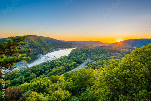 Fotografia Sunset view of the Potomac River, from Weverton Cliffs, near Harpers Ferry, West Virginia