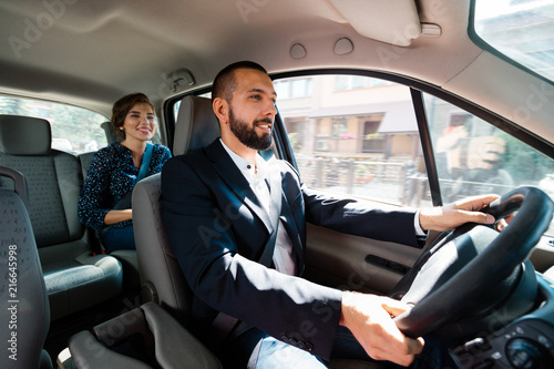 Photo Taxi driver sitting in a car with businesswoman