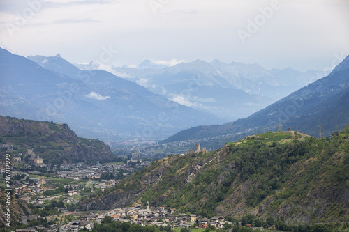 Fotografia valley with city of sierre in swiss wallis with high snow capped mountains