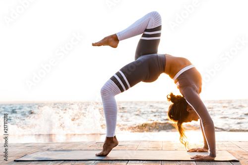 Silna młoda kobieta fitness ćwiczenia rozciągające.