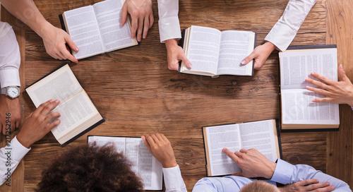 Fotografia People Reading Holy Books