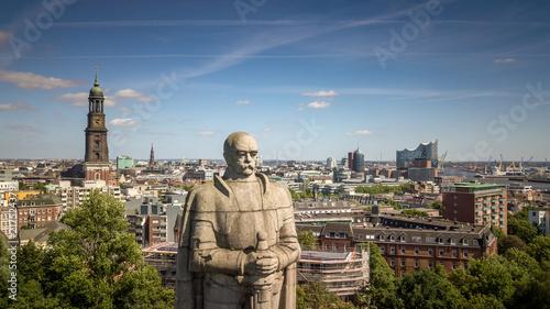 Photographie Luftaufnahme von einem Denkmal in Hamburg mit Elbphilharmonie und Kirche im Hint