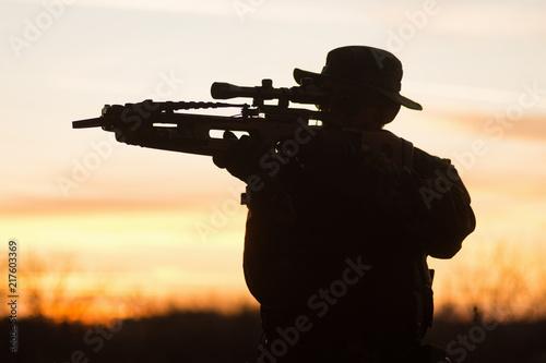 Fotografia man with crossbow silhouette