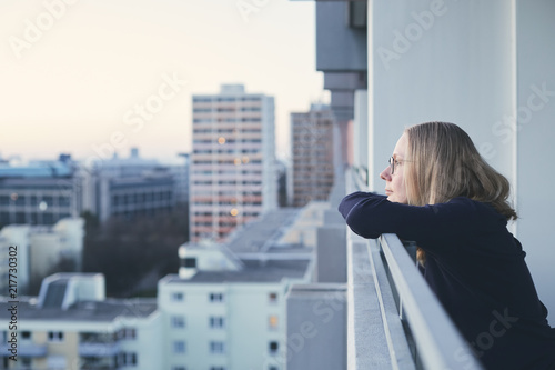 Fotografia Woman on balcony at sunset