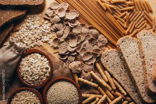 Fotografia Wooden table full of fiber-rich wholegrain foods, perfect for a balanced diet