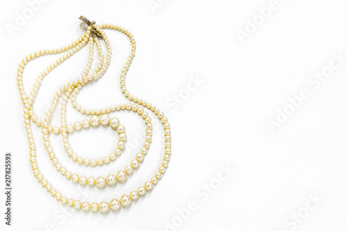 Photo Pearl necklace isolated on white