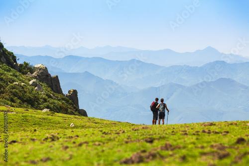 Dos personas haciendo senderismo en las montañas del Sueve, Asturias