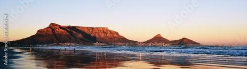 Fototapeta premium Krajobraz Kapsztadu i Table Mountain o wschodzie słońca