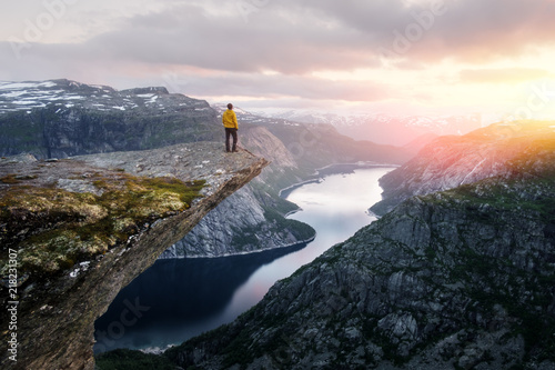 Fotografía Alone tourist on Trolltunga rock - most spectacular and famous scenic cliff in N