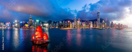 Photo Panorama of Hong Kong City skyline with tourist sailboat at night
