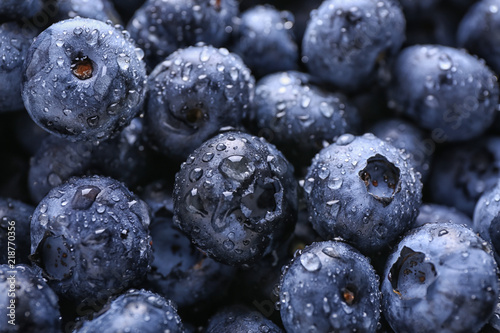 Foto Fresh ripe blueberries with drops of water, closeup