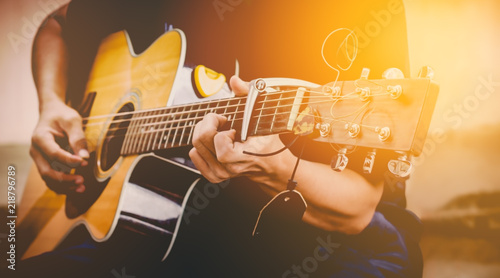 Fotografia hand playing acoustic guitar, close up on musical instrument Relaxation Music sound hobby passion concept