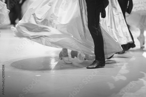 Photo Legs of ballerinas and dancers during the performance of the classical waltz on