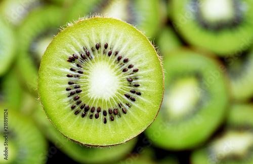 Photo slice of kiwi on kiwi background