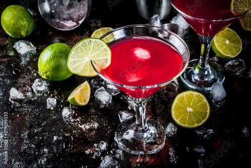 Obraz na plátně Red cosmopolitan cocktail with lime