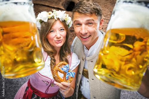 Oktoberfest, Frau und mann in Bayerischer Tracht