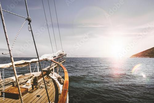 Wallpaper Mural Voyage en bateau voilier sur la mer et l'océan