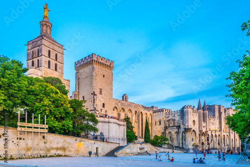 Photo Sunset view of Palais de Papes and the cathedral in Avignon, France