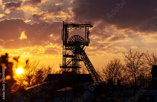 Fototapeta Saarland - Fördergerüst des Alsbachschacht Saarbrücken Burbach im Sonnenuntergan