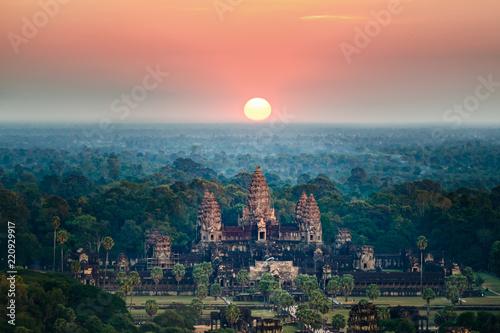 Fototapeta premium Piękny widok z lotu ptaka Angkor Wat o wschodzie słońca-Siem Reap - Kambodża.