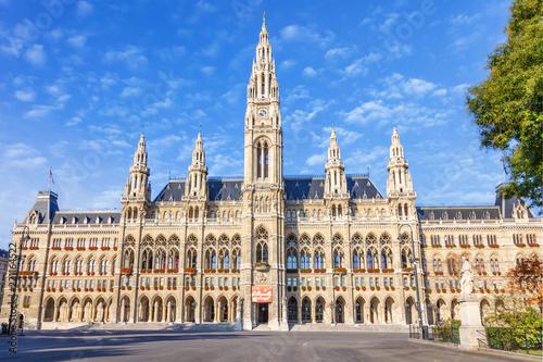 Fototapeta premium Wiedeń / AUSTRIA - 19 października 2013: Malowniczy widok na gotycki budynek ratusza w Wiedniu. Wiener Rathaus