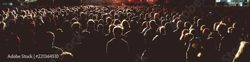 Fotografia Panoramic view of the crowd in a concert