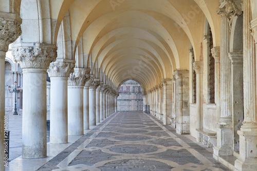 Fototapeta premium Wenecja, dawny i biały arkadowy pałac Dożów, nikt rano