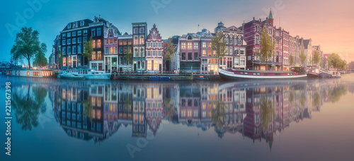 Fotografia River, canals and traditional old houses Amsterdam