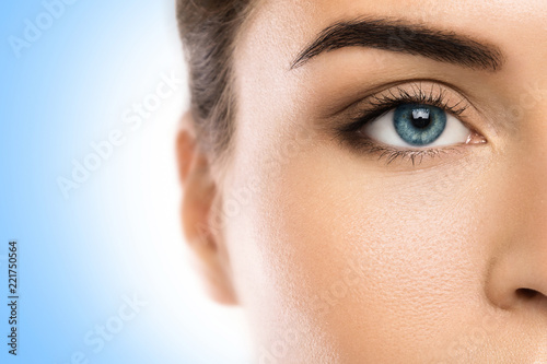 Fototapeta premium Zbliżenie twarzy kobiet na niebieskim tle