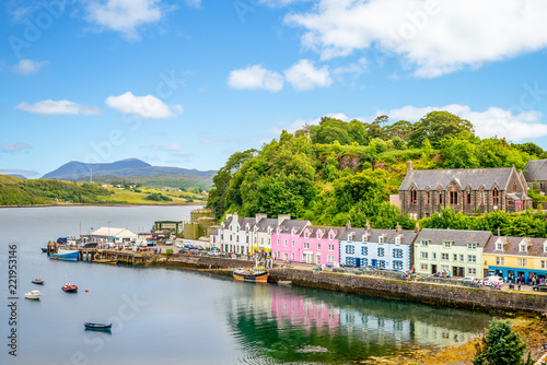 Obraz na płótnie landscape of the Portree harbor in scotland, uk