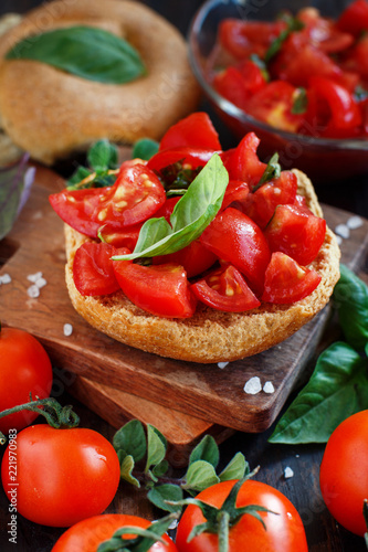 Photo Frisella seasoned with tomatoes and herbs