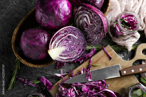 Photographie Composition with cut red cabbage on grunge table