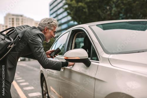 Man taking cab for traveling Fototapete